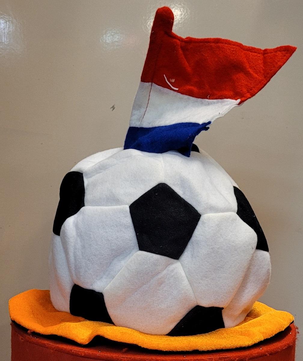 Oranje Hoed Voetbal met Vlag R/W/B
